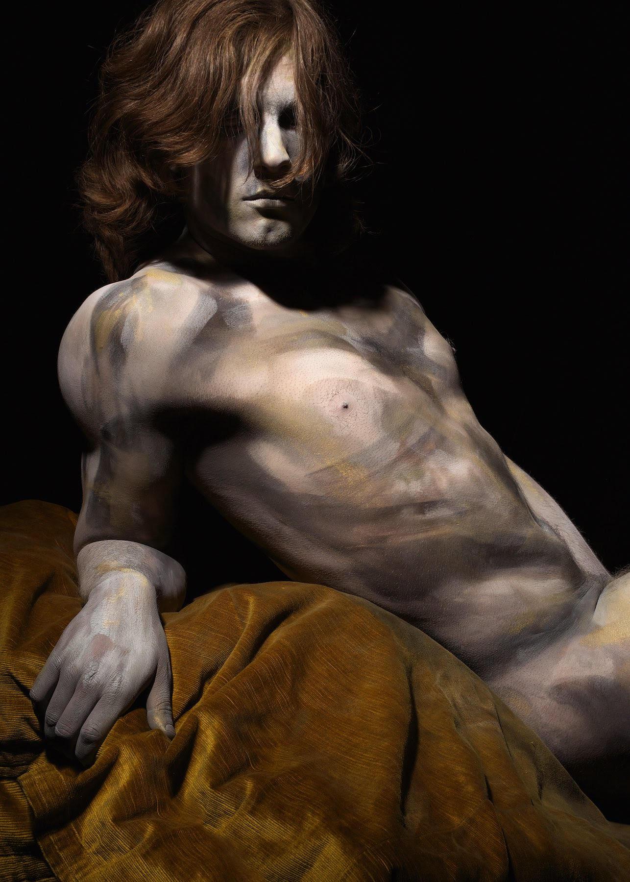 Bodypaint no. 2 (2013) | 95 x 68 cm | inkjet op hahnemuhle photo silk baryta papier, bevestigd op dibond 2 mm in houten lijst (donkerbruin) | Oplage 5 | Koen Hauser | Galerie Untitled | Beschikbaar
